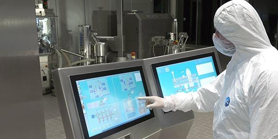 Оператор и сенсорная панель на непрерывной производственной линии QbCon®